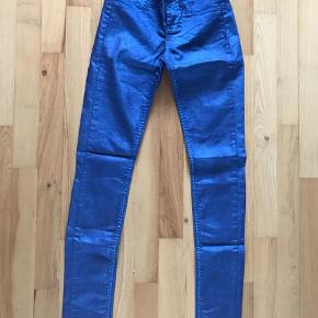Varetype: Bukser Størrelse: 24 Farve: Blå Prisen angivet er inklusiv forsendelse.  Shiny effekt Farve: Tassa Blue Livvidde: 2x35cm Indvendig benlængde: 80cm ca