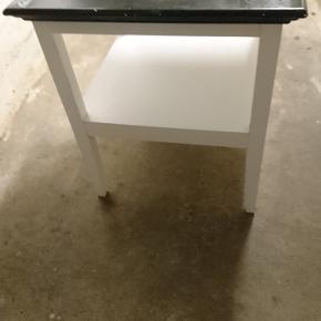 Fint lille bord med hvidt stel og sort top i træ. Højde 50cm bredde 45cm Trænger til en klud Byd gerne 😀