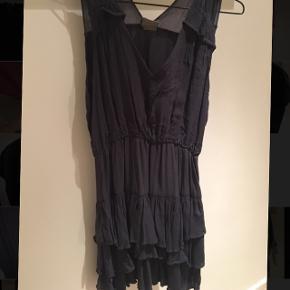 Sælger denne fine kjole som er godt brugt, men jeg synes stadig, at den kan bruges (se slid på andet billede) Det er en XS men kan passes af en XS-M.  Sælges billigt!!