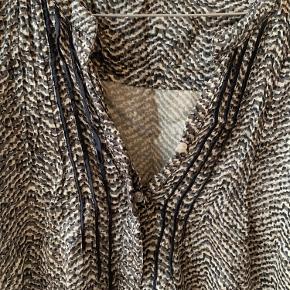 Mønstret bluse.  Fremstår som ny.  Bytter ikke