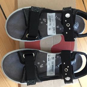Helt nye sandaler. Aldrig brugt! Kostede 599 kr. Men da min datter skulle bruge dem, var de for små. Godt tysk - ergonomisk - mærke Ricosta.