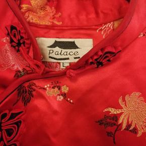 Kinesisk kjole str large men mere en medium den ene knap er i udu. Ellers hel og fin og klassisk måske til karneval