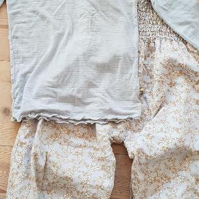 Varetype: Bukser og bluse / sæt Farve: Se billede Prisen angivet er inklusiv forsendelse.