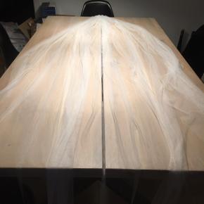 Blødt langt slør i længde 230 cm. Ingen skader.   Købt i Nicolai brudekjoler i Brønshøj. Nypris 1800 kr