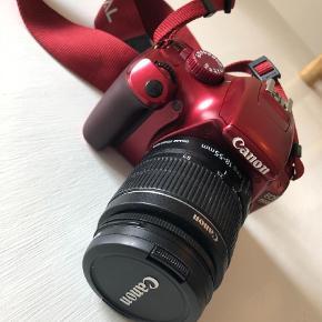 Varetype: Spejlreflekskamera Størrelse: 1100D Farve: Rød Oprindelig købspris: 3395 kr.  Sælger mit special edition Canon 1100D spejlreflekskamera. Memorycard, kabel til computer, taske og opladekabel til batteri medfølger + omformer til dansk stik da kameraet er købt i England.  Lystyrke: ISO 100-6400 sensitiv Objektiv: 18-55 mm.