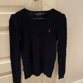 Lækker kabel bluse fra Ralph Lauren i mørkeblå med rød hest. Købt i usa. Næsten ikke brugt