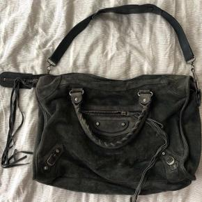 Outside:  - Suede in petrol - Silver hardware - Two handles (ca. 32cm) - Detachable shoulder strap - Zipper on the front - Detachable mirror  Inside: - Black textile - One zipper - One main pocket - Two side pockets - Logo on leather plate   Size 38x23x10cm  The condition is good but signs of use are present. Detailed pictures on request.