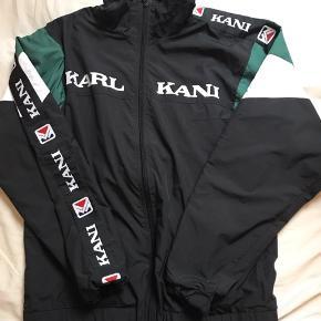 Model: Karl Kani Tracktop Størrelse: Medium Pasform: Oversized Kondition: Brugt nogle gange Retail pris: ~700