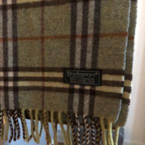 Burberrys 100% cashmere scarf til salg. Vintage men ægte. Jeg har 100+ reference.  Str: 165 x 30 cm  Condition: god men brugt, ingen flaws.  Pris: 325 dkk