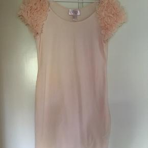 Fin kjole fra H&M i str. M. Aldrig brugt.  Kan sendes på købers regning eller hentes i Helsingør eller på Frederiksberg.