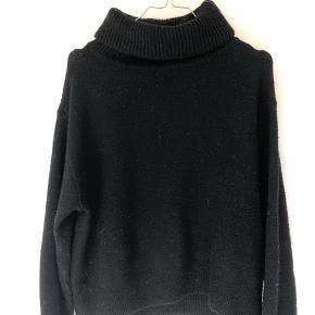 Sælger min sorte bløde sweater med hals