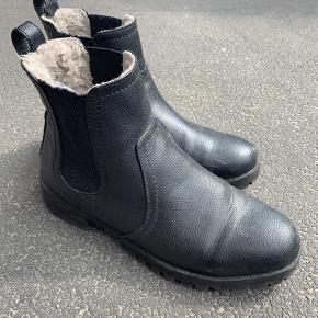 Støvler med fór. Brugt meget få gange fejler ingen ting. BYD gerne, køber betaler fragt hvis de skal sendes