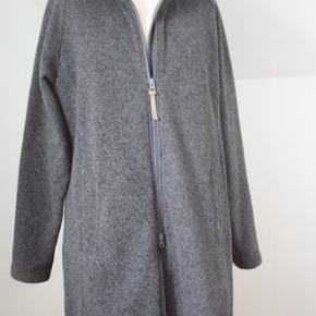 Lækker blød og lun fleecefrakke/jakke i god længde. Uforet. 2-vejs lynlås. Brystvidde 114, længde 94 Polyester