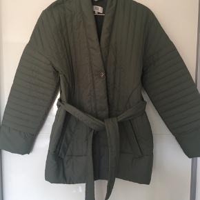 Fin lun kimono jakke, super god til en sommeraften. Brugt et par gange.