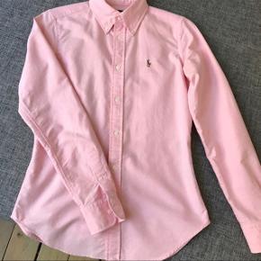 """Ralph Lauren skjorte model """"super slim fit""""  Brugt få gange - meget pæn stand.   Obs: har også en RL skjorte i blå nålestribet - ved køb af begge finder vi en god pris :-)"""