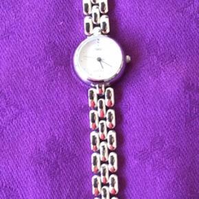 Et fint lille ur som er vandtæt.Mærket er Voken. Der skal nyt batteri i.18 cm langt.