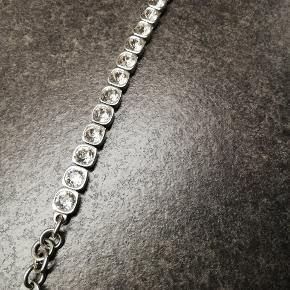 Dyrberg/Kern Conian armbånd i sølvfinish og med store Swarowskikrystaller