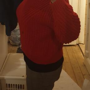 Rød striktrøje fra Divided i str. L.  Har selv købt den her, men den er ikke lige mig alligevel.   Der er ikke pletter på trøjen, men spejlet 😁  Mine annoncer til 50 kr., tag 3 for 125 kr.  Kan afhentes på Vesterbro i København eller sendes med posten. Køber betaler dog porto.   Mængderabat gives 😁