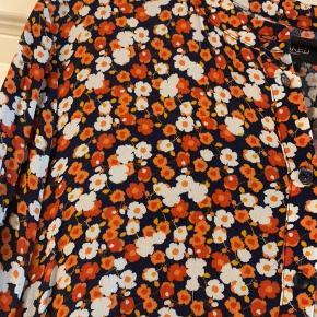 Lækker maxi kjole fra Soaked in luxury, stadig med prismærke.  Blå baggrund og blomsterprint. Knapper halvvejs ned Elastik kant nederst på ærmerne   #30dayssellout
