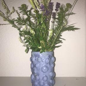 Keramik vase Sinterbegitning + stentøjsglasur i lys blå med struktur. H: ca 17 cm D: ca 9 cm