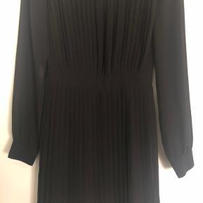 Super fin sort plisseret kjole fra Vila. Der er lynlås i den ene side til at lyne kjolen. Båndet under brystet gør, at kjolen falder på en pæn måde👗 Der er en underkjole under, så kjolen ikke er gennemsigtig😊 Str. Xs