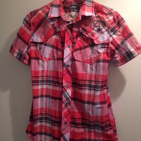 Super smart G-Star skjorte i blandede farver med gode detaljer. Str. S eller ca omkring 12-14 år.
