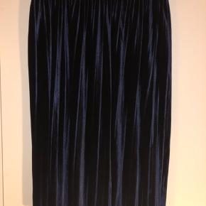 Rigtig fin plisse nederdel i velour. Farven er mørk blå. Køber betaler porto. Kom med et bud.