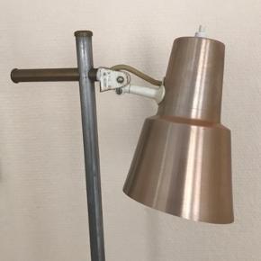 Fin enkel gulvlampe i flere slags metal. Retrostil. Mål: 139x40cm