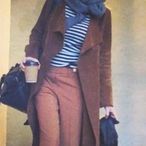 Varetype: Smukkeste trenchcoat i ruskind - smørblød Farve: Camel Oprindelig købspris: 3250 kr. Kvittering haves. Prisen angivet er inklusiv forsendelse.  RUE DE FEMME JAKKE - KIRSTY SUEDE WRAP COAT Nypris 3250.00  Lang ruskind frakke fra Rue de Femme med bindebånd i taljen. Det mest fantastiske materiale, total smørblød og behagelig at have på og bevæge sig i. Pasform: Normal. Kvalitet: 100% ruskind.   Aldrig brugt Bytter ikke  Fejlkøb, da farven bare ikke er mig - dog måtte jeg bare eje den, da pasform og materiale er så lækker!        Pris er inkl. forsikret forsendelse