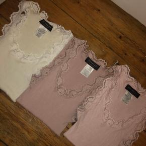 Rosemunde toppe Model 5205   Str M - New White - 70% silke/30% bomuld - 70kr.   Str M - Vintage Powder -  70% silke/30% bomuld - 70kr  Str L - Rose -  70% silke/30% bomuld - 70kr