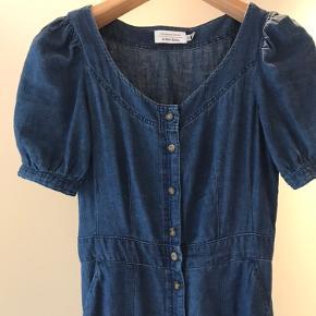 Lang blå denim kjole  med Knapper  Slim fit og sidder super godt Ærme med lille åbning