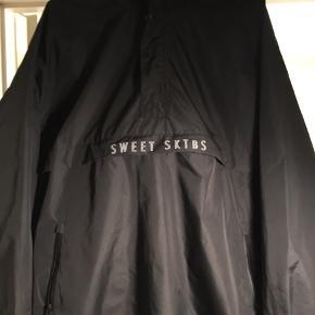 Anorak fra sweet skateboards/sktbs. Det er en fed regnjakke, jeg har ikke gået meget i den dog, men den fejler ingenting.