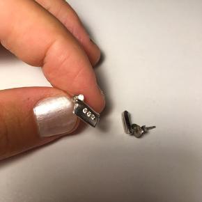 Sølvøreringe med diamanter købt i en guldsmed. Fik dem i konfirmationsgave, men har kun brugt dem 1 gang - da jeg havde glemt, jeg havde dem 😌 De skal videre til en ny - men de er rigtig fine og lette.