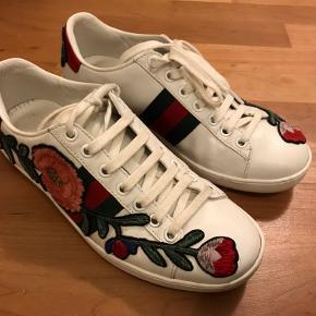 Flotte sneakers fra Gucci med broderet blomstermønster. Jeg har stadig kvittering og dustbag til skoene.   Nypris 595 euro svarende til ca. 4400 kr.  Spørg endelig efter flere billeder.  Jeg forbeholder mig retten til ikke at sælge hvis der ikke kommer det rette bud :)