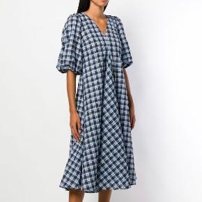 Ternet kjole fra Ganni, i superfin stand og kun brugt få gange. Ingen bytte.