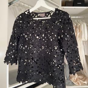 BYD Vero Moda bluse som ville være super flot over en blonde top