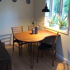 Hjemmelavet spisebord af massiv egetræ, som jeg har slebet grundigt og behandlet med en mahogni olie så det er let at vedligeholde.  Står på solide Hairpin bordben fra plankebord.dk   L:130 cm. B:70-100 cm. H:74 cm.   Byd :)