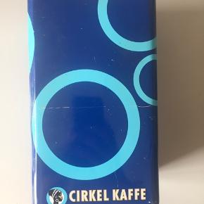 Retro cirkelkaffedåse i god stand sælges. Måler h: 21 cm, L: 12 cm, B: 9 cm