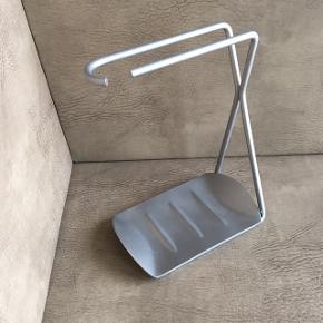 Grand Cru tørrestander fra ROSENDAHL  Lavet i rustfrit stål og har et tidsløst design.Tørrestanderen har været i brug i 1 måned. Farven er stål og målene er h:19,3 cm x d: 14,5 cm. Nypris 250,- Mp 70,- Condition 10/10