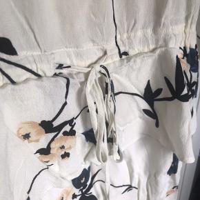 Kjolen er som ny og har kun været brugt en gang. Har underkjole der er påsyet.