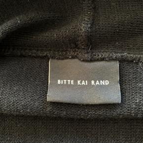 Lækker sort cardigan fra Bitte Kai Rand str. O (str. 34/36). I meget fin stand kun brugt et par gange. Materiale 50% Virgin Merino Wool og 50% Acrylic. Længde 65 cm. Fra ikke ryger hjem. Evt. porto 50,-kr.
