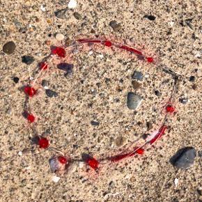 Rigtig sød perlekæde med røde perler på tynd sølvtråd.  Halskæden er ca. 40 cm lang.   Der er flere perlekæder i kollektionen i forskellige designs og farver, se billedet og spørg meget gerne.  Køb flere halskæder fra kollektionen og spar masser a penge, fx: 1 stk. 43 kr. 2 stk. 65 kr. 3 stk. 88 kr. = kun 29,33 kr. stykket. + evt porto.  Kan afhentes på Frederiksberg.