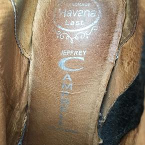 Super lækre, og super komfortable sko! Brugt maks 3 gange, synligt slidtage der kan repareres med kærlighed og læder fedt.  Ægte jeffrey Campbell , ægte læder.  Købt på tilbud til 800kr