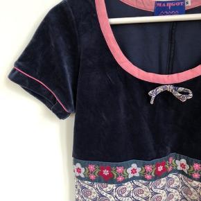 Aller fineste Margot kjole i midnatsblå velour og lyserød kontrast ved hals og ærmer og fint mønstret 'underdel'. Brugt få gange, sløjfen er syet fint på igen, da den faldt af i første vask - kan ikke ses.