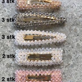 Fine hårspænder med krystal perler. Farverne er hvid, lyserød, champagne og grå. Klikspænder som sidder godt fast i håret. 30kr pr stk.  Rigtig flotte til sommeren🙌🏼