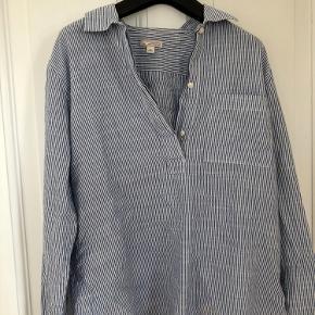 Super sød stribet skjorte fra GAP Ingen tegn på store slid eller skader  Str small-medium
