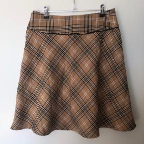Flot vintage nederdel i klassisk mønster. Lynlås i siden, som ny :-)  Bytter ikke  Se også mine andre annoncer ☀️