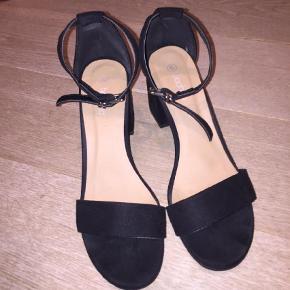 Varetype: Heels Farve: Sort Oprindelig købspris: 300 kr. Prisen angivet er inklusiv forsendelse.  Sælger disse sko fra boohoo. De er brugt 1 gang og sælges da de er for store
