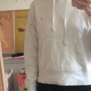 Sælger hvid Uniqlo hoodie. Har kun brugt den meget få gange og fejler derfor intet.  Skriv pb for flere billeder Kan afhentes på østerbro
