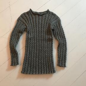 Hjemme strikket trøje med snoninger.  Str. S.  Aldrig brugt.